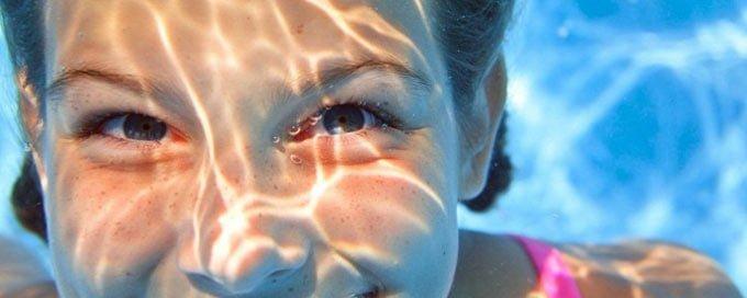 можно ли плавать в линзах в бассейне